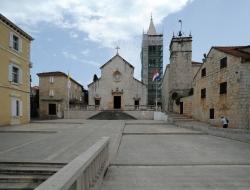 Supetar sur l'île de Brač - Église de l'Annonciation - Parvis